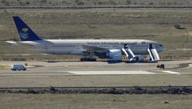 طائرة تابعة للخطوط الجوية السعودية تربض في مطار في مدريد. صورة من أرشيف رويترز.