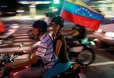 معارضون في فنزويلا بعد استفتاء غير رسمي ضد الرئيس مادورو يوم الاحد. تصوير: ماركو بيلو - رويترز