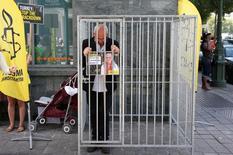 فيليب هنسمان مدير فرع منظمة العفو الدولية في بلجيكا يحتج أمام السفارة التركية في بروكسل على اعتقال مديرة فرع المنظمة في تركيا إيديل إيسير يوم 10 يوليو تموز 2017. تصوير فرانسوا لينواه - رويترز.