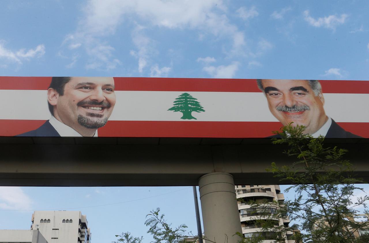Un poster che raffigura Saad al-Hariri e suo padre, Rafik al-Hariri, nel quartiere a prevalenza sunnita di Tariq al-Jadideh, a Beirut, 6 novembre 2017. Cedits to: REUTERS/Mohamed Azakir.