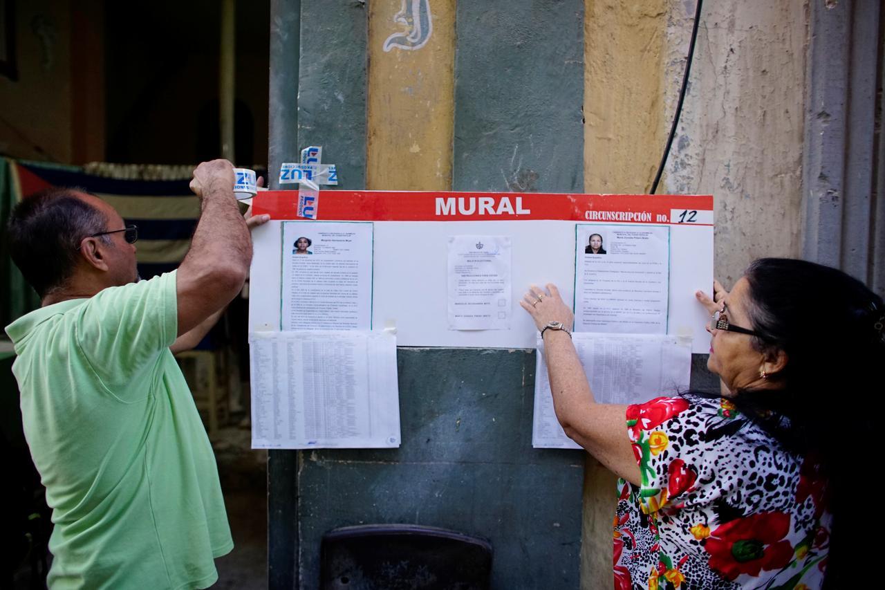 Funzionari elettorali appendono foto e CV dei candidati delle Assemblee comunali poco prima di aprire un seggio elettorale a L'Avana, Cuba, 26 novembre 2017. Credits to: REUTERS/Alexandre Meneghini.
