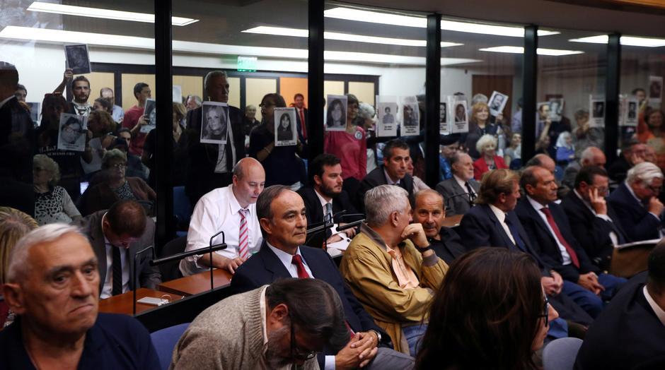 Tribunal argentino condena 29 pessoas à prisão perpétua por crimes da ditadura