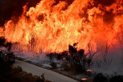 Thousands flee California wildfires