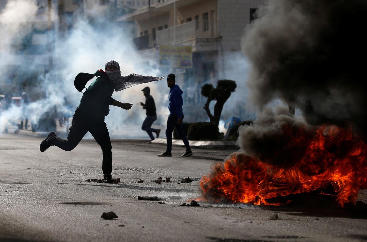 Palestinian stabs Israeli in Jerusalem; anti-Trump protest flares in Beirut