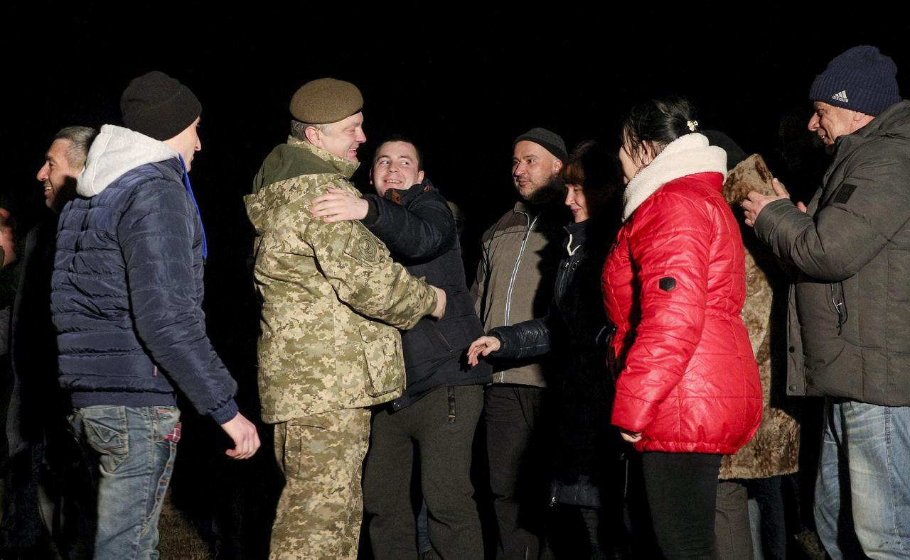 Ucrânia e rebeldes pró-Rússia realizam maior troca de prisioneiros antes do Ano Novo