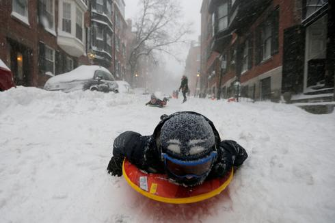 Blizzard roars into Northeast
