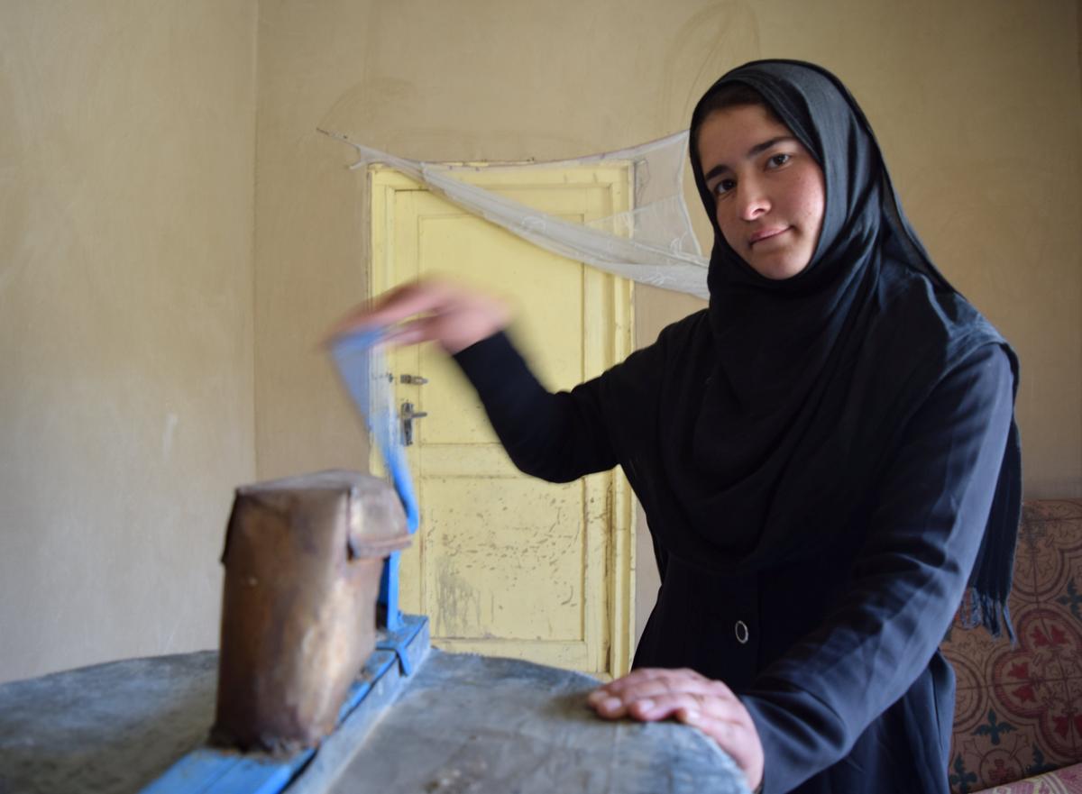 Фрозан, 19 лет, позирует для фото у себя дома в районе Мармул, провинции Балх, Афганистан, 29 марта 2018 года, фото сделано 29 марта 2018 года.