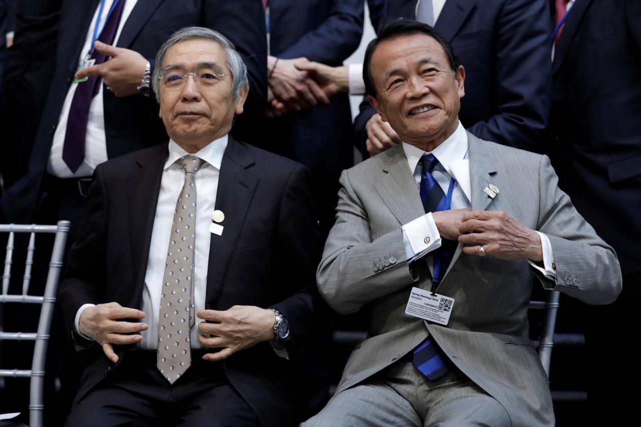 4月21日、麻生太郎財務相(写真右)は米ワシントンで開かれた20カ国・地域(G20)財務相・中央銀行総裁会議の終了後に記者会見し、日米で通商交渉を巡って違いがあるのは事実との認識を示した。(2018年 ロイター/Yuri Gripas)