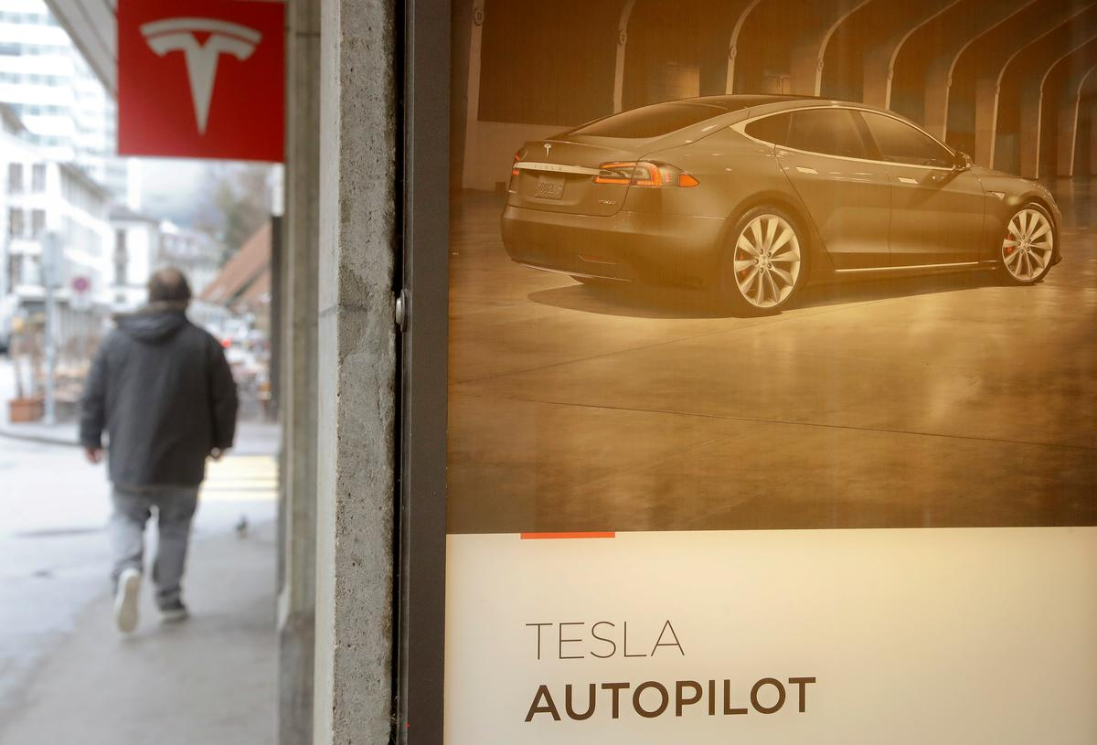 Tesla's head of Autopilot leaves, ex-Apple exec to succeed