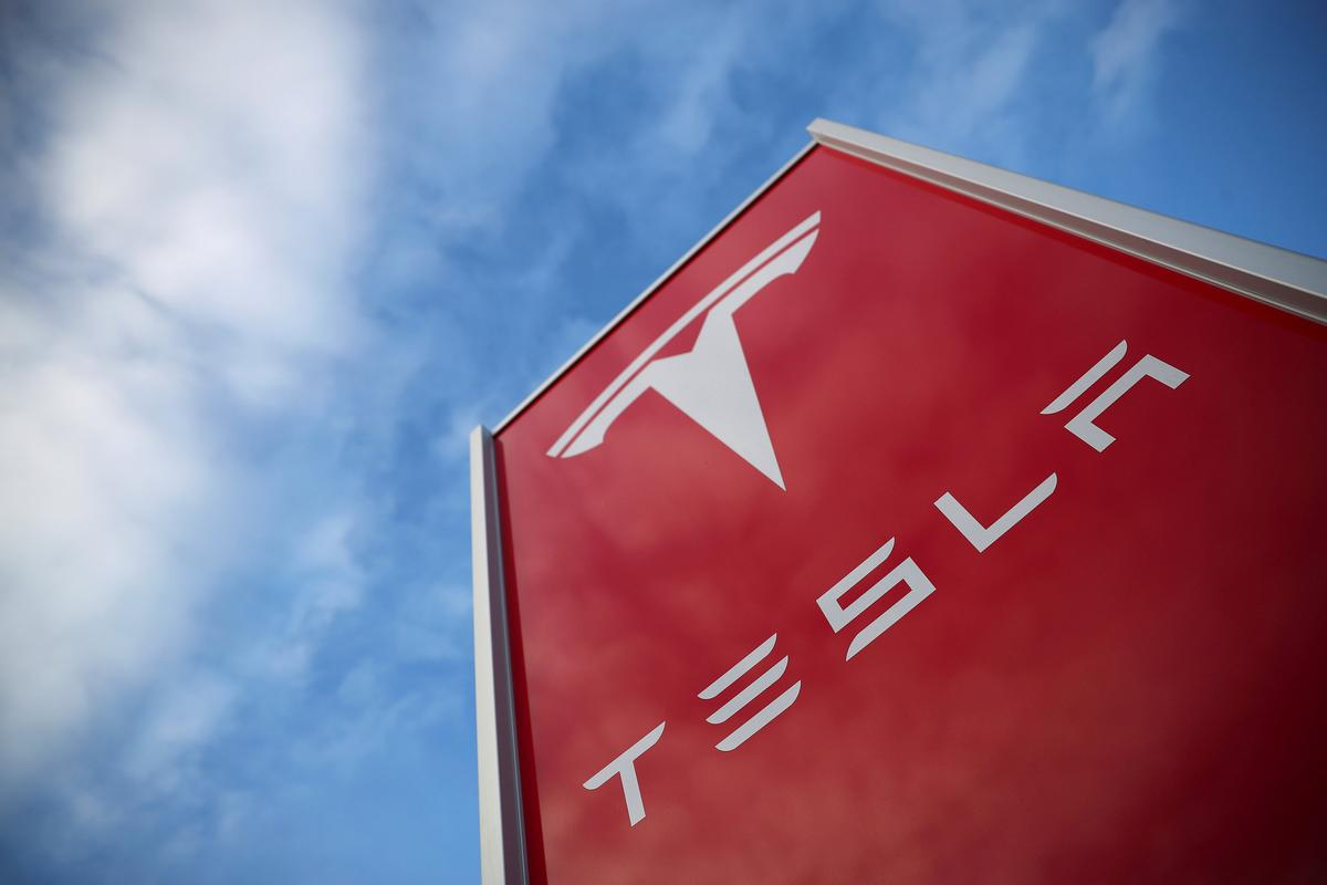 Consumer groups asks U.S. agency to probe Tesla 'Autopilot' ads