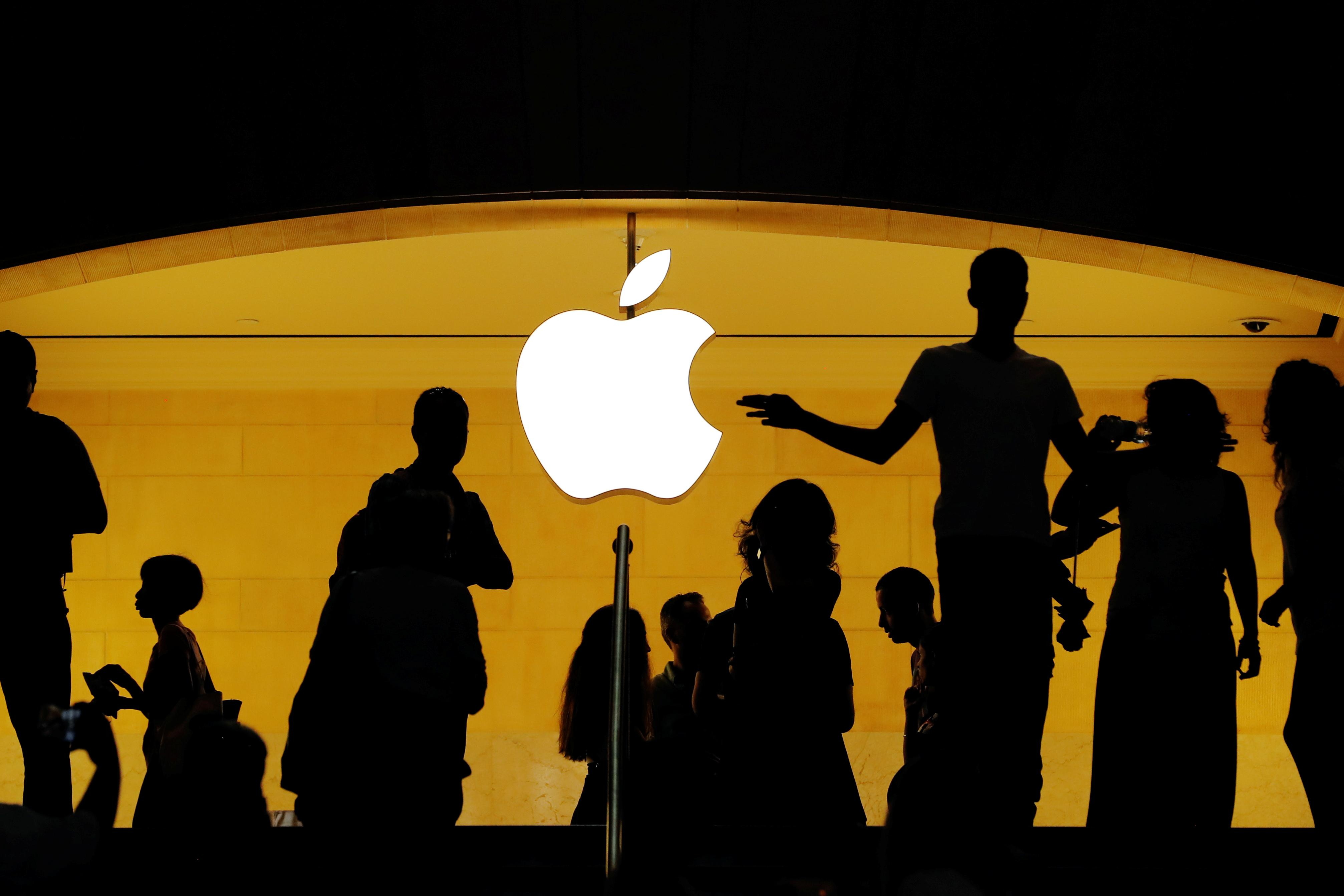 Customers walk past an Apple logo inside of an Apple store at Grand Central Station in New York, U.S., August 1, 2018.  Lucas Jackson