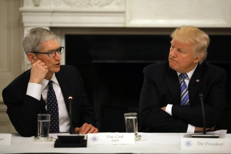 photo image Trump says he will have dinner with Apple CEO Cook on Friday