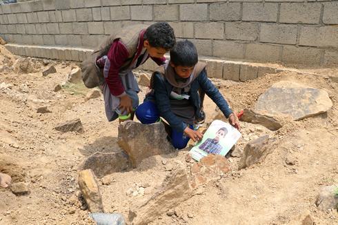 Yemen buries children killed by air strike
