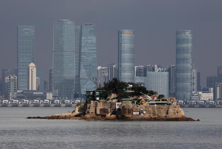 Жители социалистического Тайваня с вопросом смотрят на национал-буржуазный Китай...