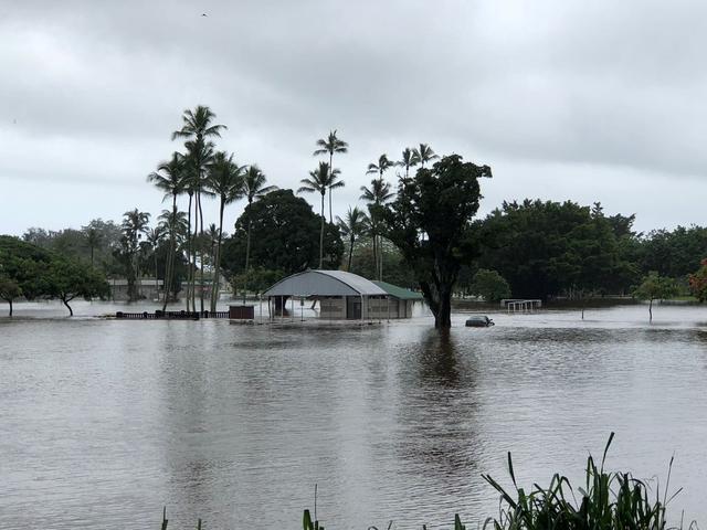 Hurricane Lane lashes Hawaii with heavy rain, winds - Reuters