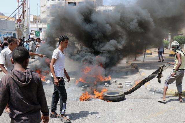Protests over Yemen's weakening currency paralyze Aden - Reuters