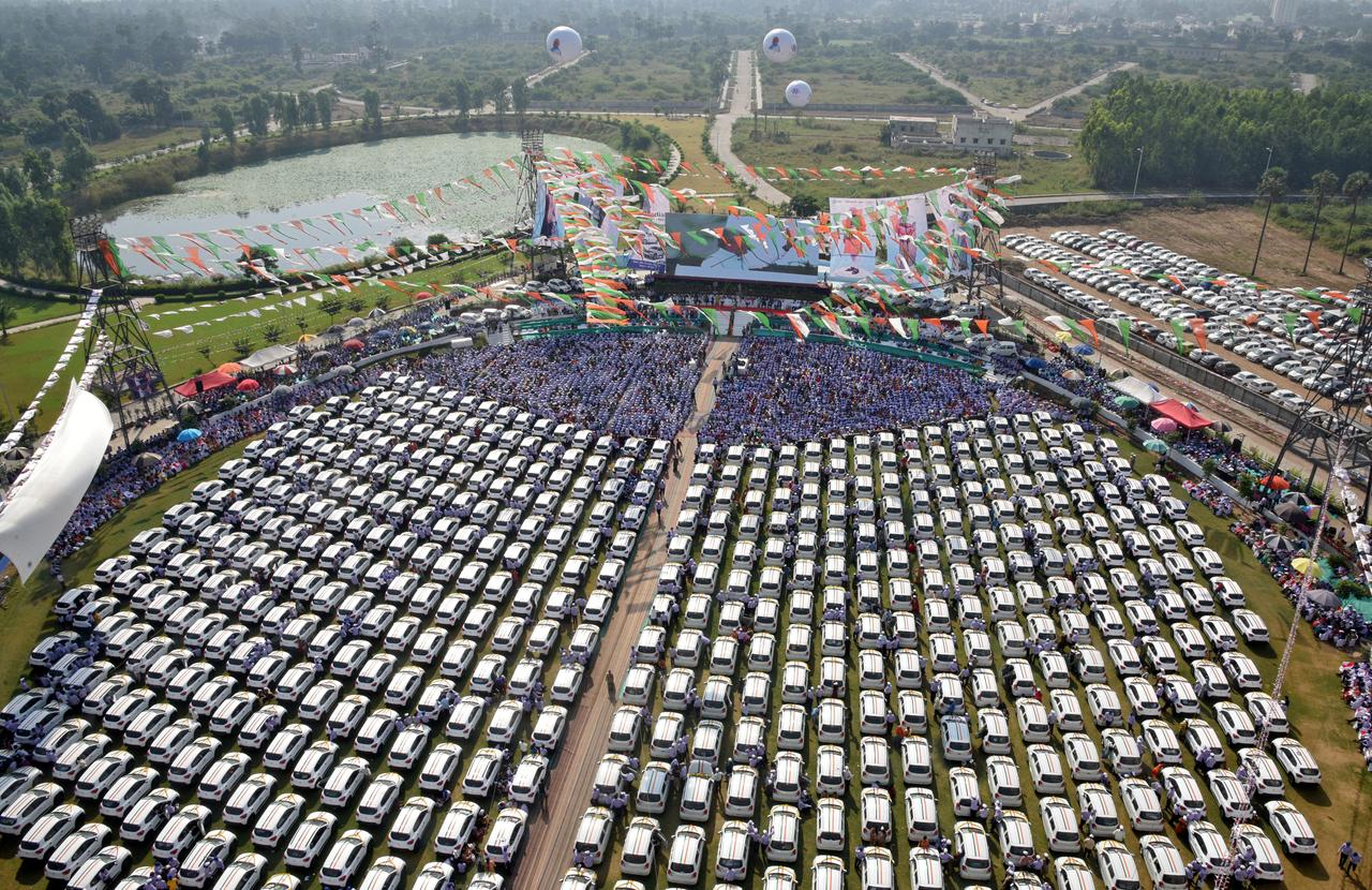 indian diamond merchant makes gift of 600 cars to staff with modi s