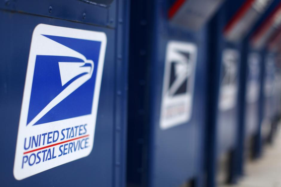 Trump panel wants to give USPS right to hike prices for Amazon
