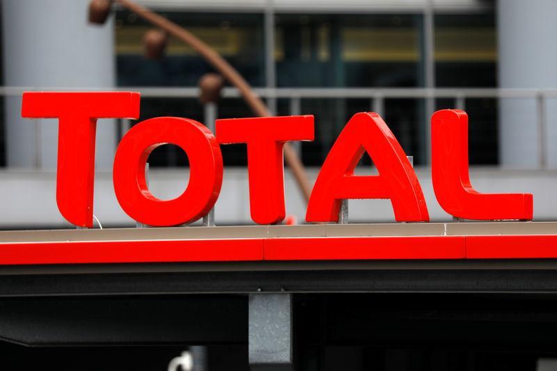 Total Hausse Des Salaires De 3 1 Prime De 1 500 Euros Reuters