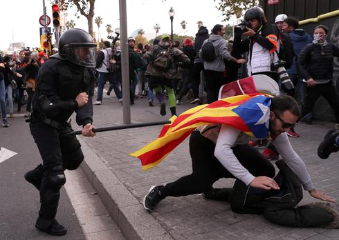 Catalan separatists clash with police as cabinet meets