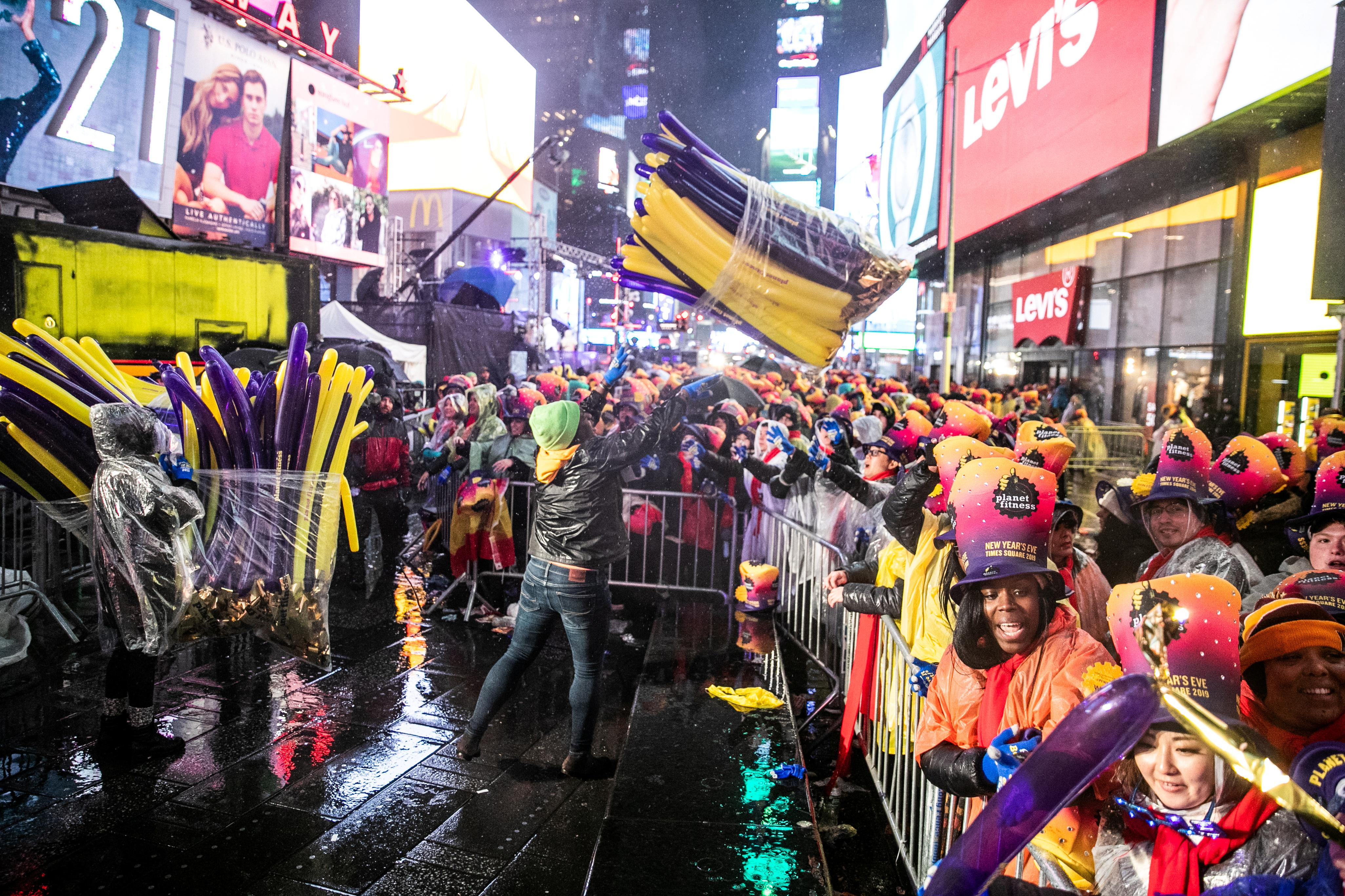 Thousands Brave Rain In New York S Times Square To Welcome