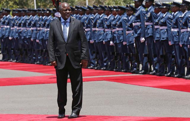 FILE PHOTO: Tanzania's President John Magufuli leaves after inspecting a guard of honour during his official visit to Nairobi, Kenya October 31, 2016. REUTERS/Thomas Mukoya/File Photo
