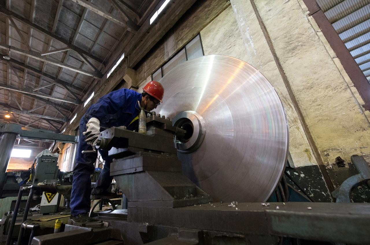 China's manufacturing sector shrinks more than expected in