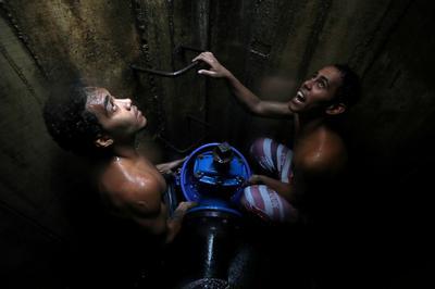 Desperate Venezuelans search for water