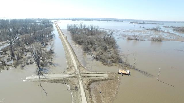 Amid U S  Midwest flooding, residents in Missouri, Kansas rush to