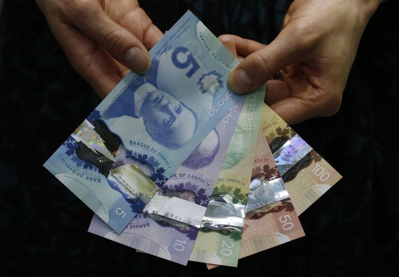 Canadian dollar weakens as oil falls, bond yields extend