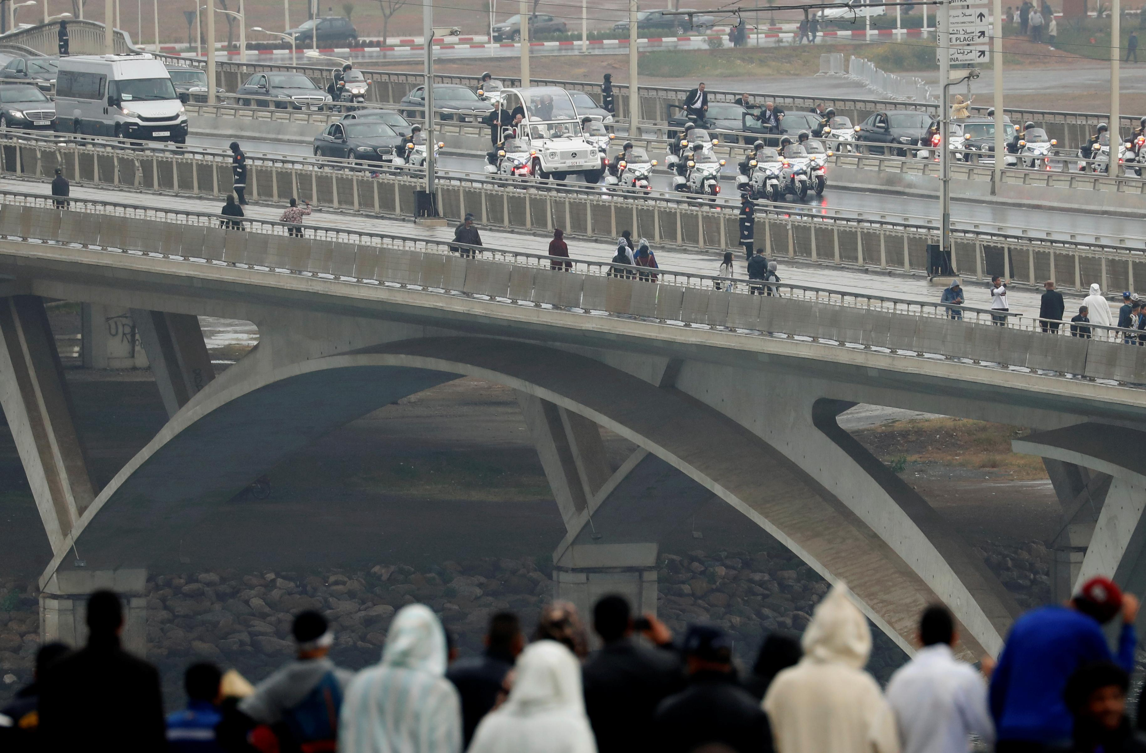 Man runs at Moroccan king's vehicle all the draw thru pope visit: TV