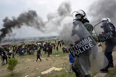 Clashes as Greek police stop migrants from reaching border
