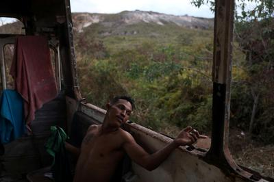 Venezuelans at Brazil border live on bus going nowhere