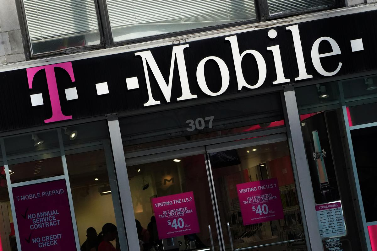 U S  Justice Department staff recommends blocking T-Mobile
