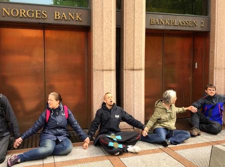 Environment activists block entrance to Norwegian central bank
