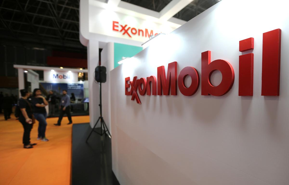Exxon holders reject separate CEO-chairman, climate resolutions