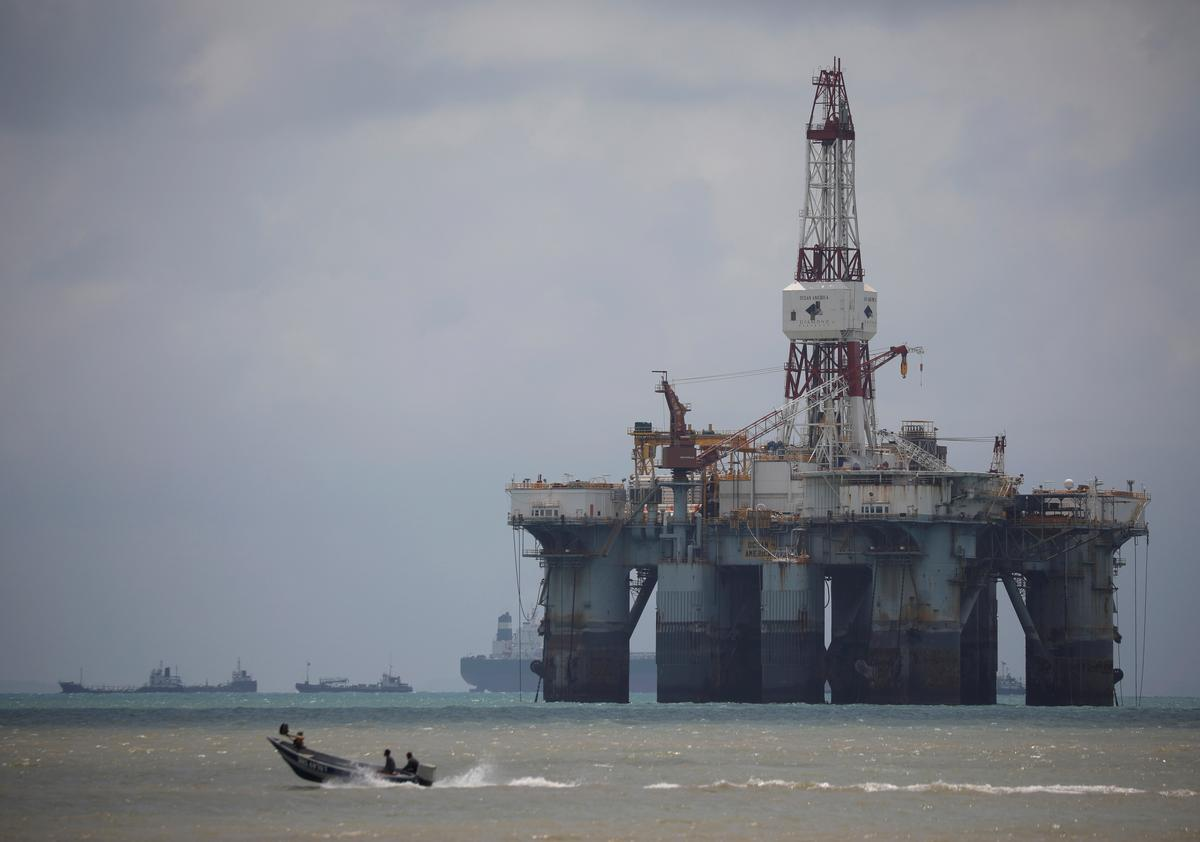 Oil prices slip as economic worries outweigh tanker tensions