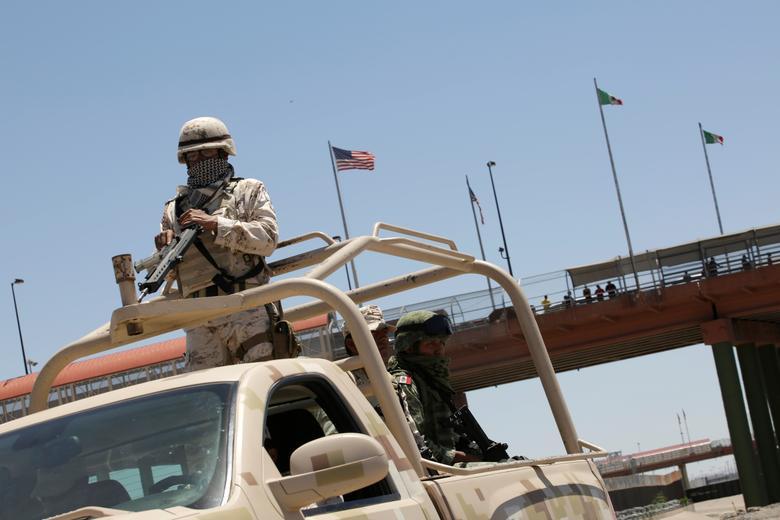Un soldado mexicano es visto encima de un vehículo militar durante una operación en Ciudad Juárez, el 16 de junio. REUTERS / Jose Luis Gonzalez