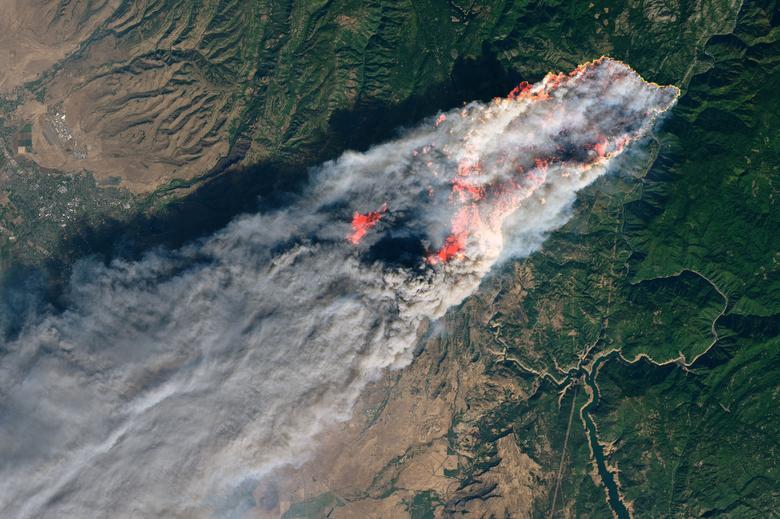 El fuego de campamento ardiendo cerca de Paradise, California, en noviembre de 2018. NASA / Folleto