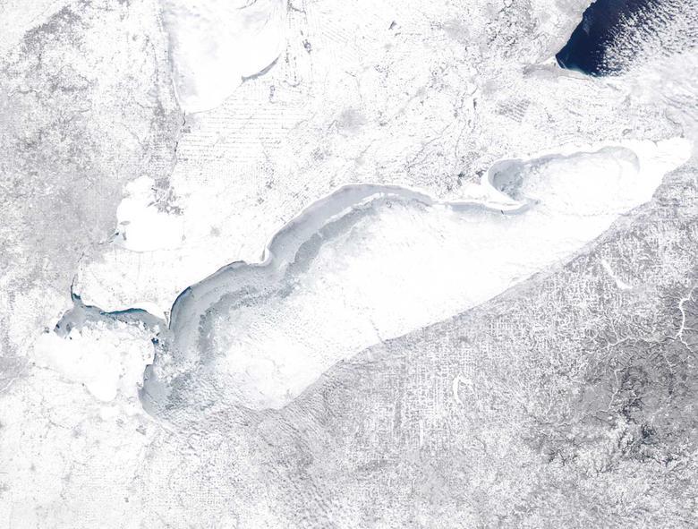 El lago Erie se muestra congelado en más del 90% después de una tormenta de invierno que paralizó gran parte del este de los Estados Unidos en febrero de 2015. REUTERS / NASA