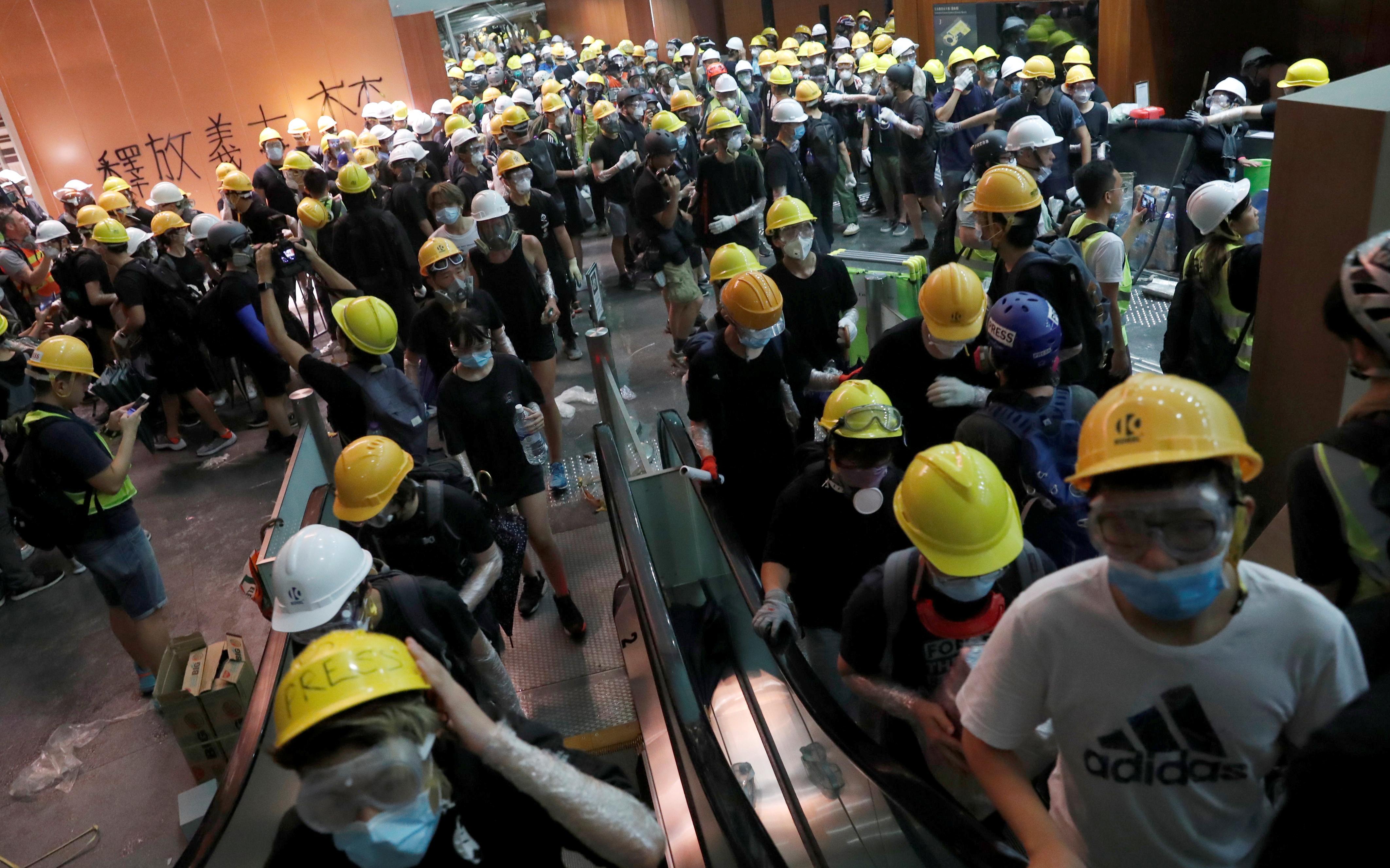 Les manifestants de Hong Kong se déchaînent devant l'Assemblée législative, brisant des peintures, des portes et des murs