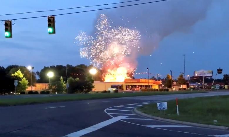 Bomberos en la escena de fuego en la tienda de fuegos artificiales Davey Jones en Fort Mill, Carolina del Sur. Cortesía de Michael Stechschulte / Social Media / via REUTERS