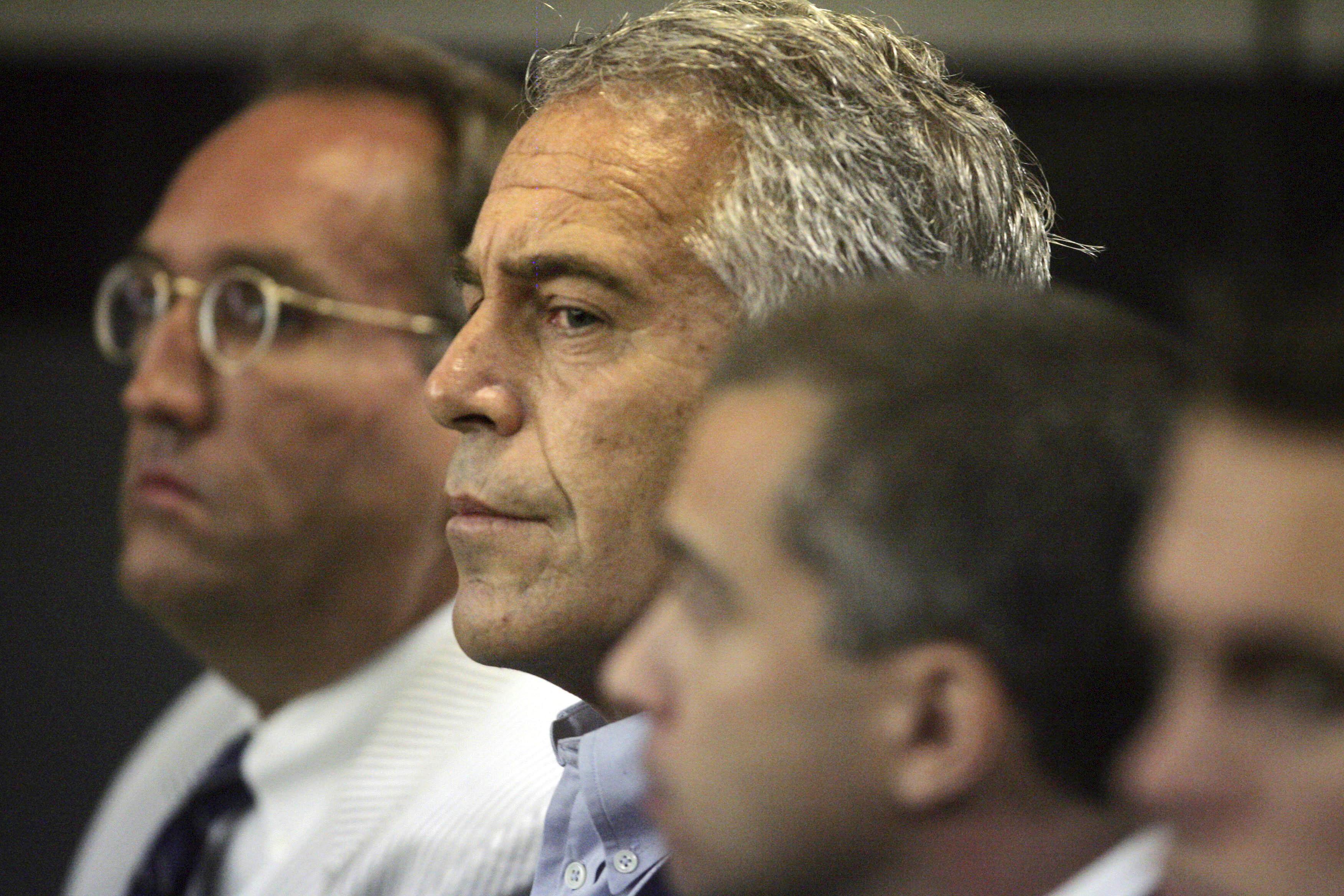 Le financier Epstein passe de la vie de luxe à la prison en cellule après des accusations de trafic sexuel