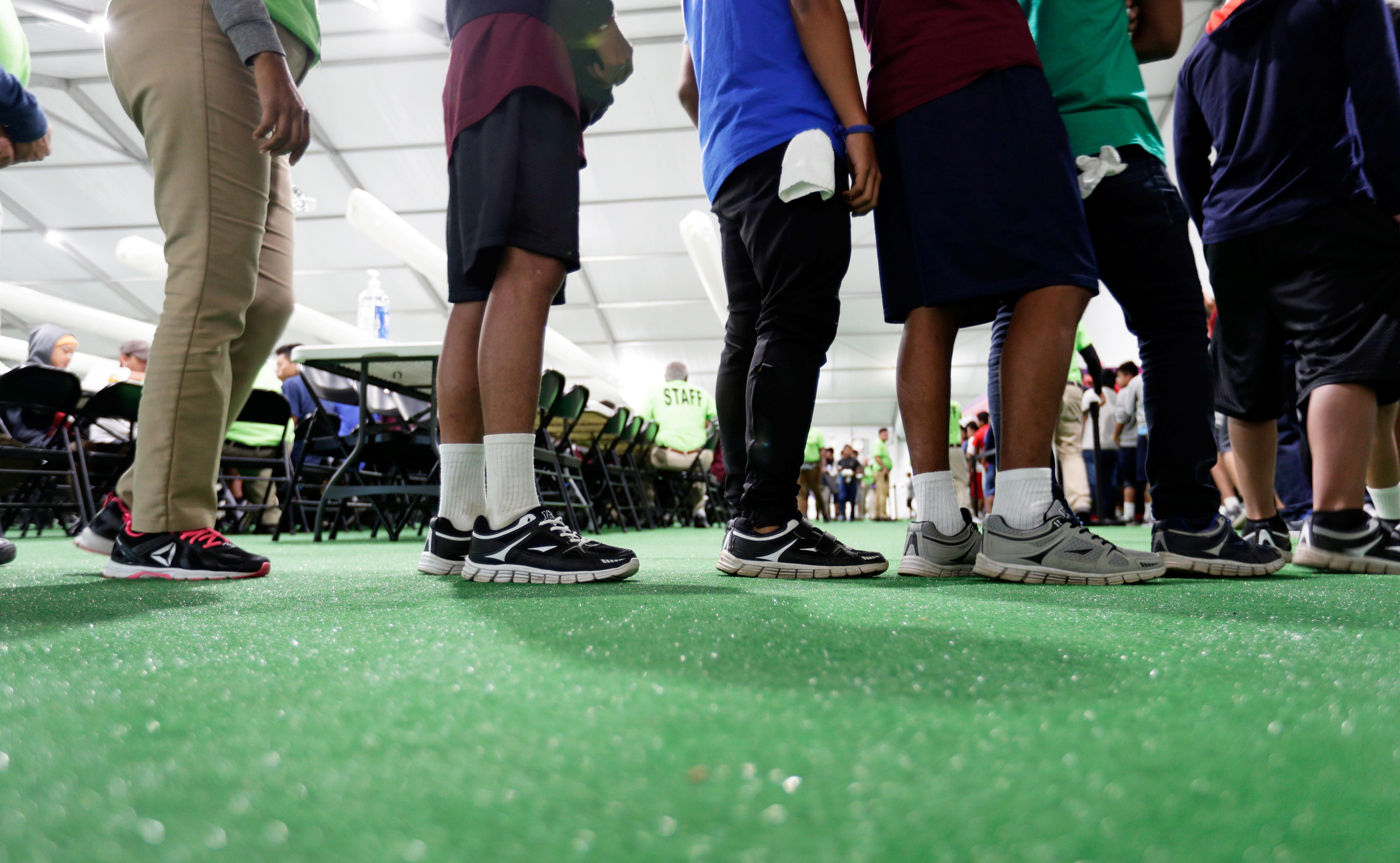 Une agence américaine à la frontière a annoncé la détention de 200 enfants, contre 2 500 en mai