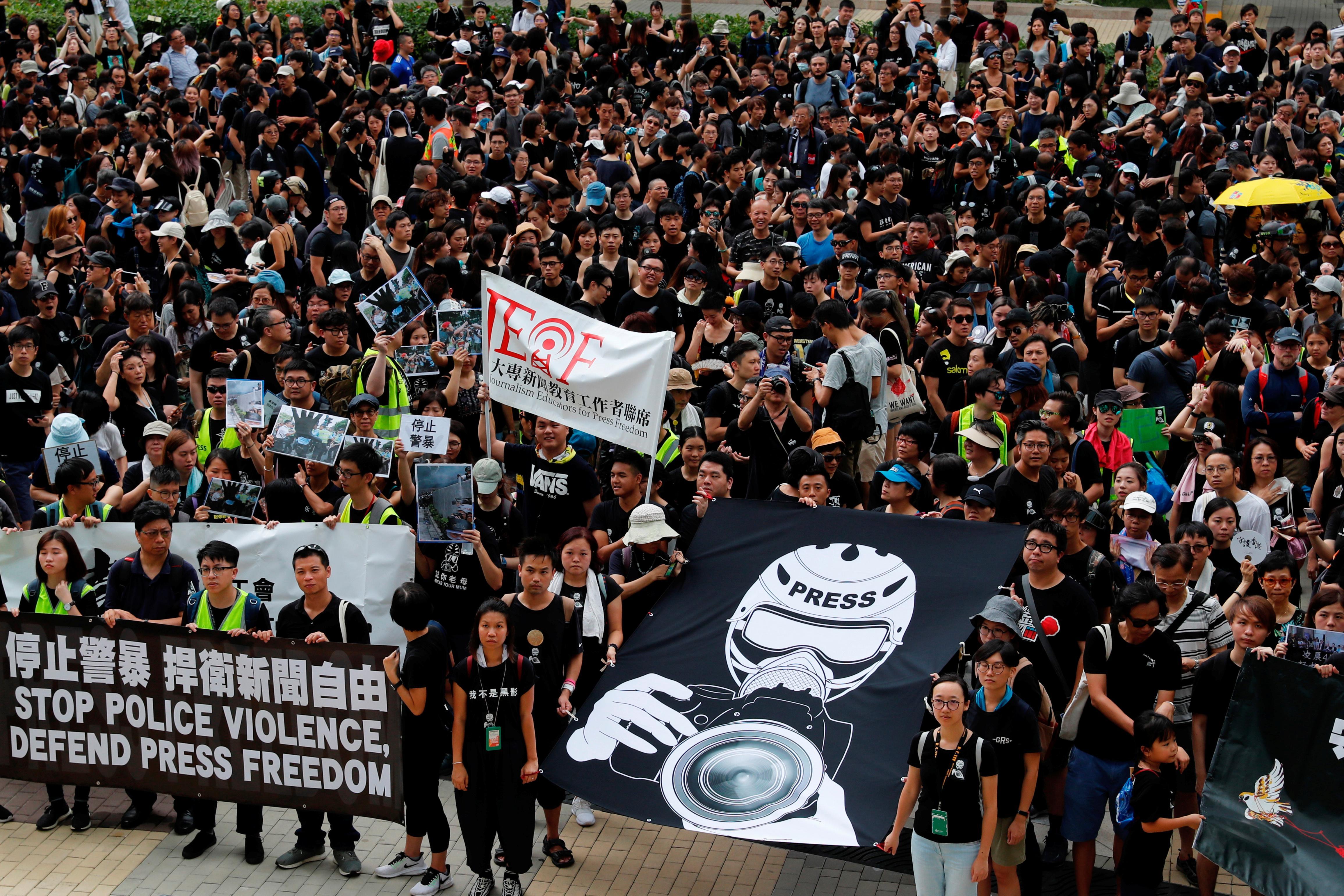 Les manifestants d'extradition de Hong Kong intensifient la lutte dans les banlieues