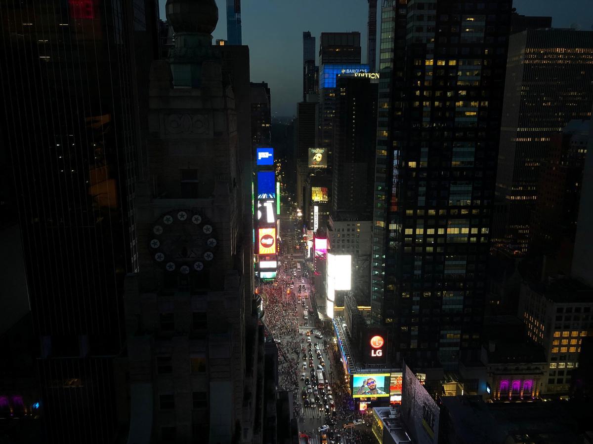 عودة الكهرباء لمعظم مناطق مانهاتن والظلام يخيم على مسارح برودواي - Reuters