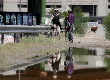 Foto de archivo. Un miebro de la Guardia Nacional mexicana detiene a un...