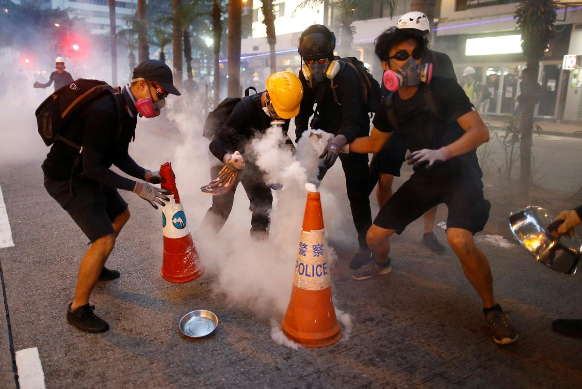 Hong Kong police and protesters refine battle tactics - Reuters
