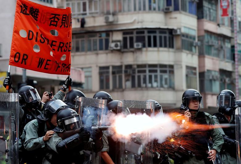 Polis memurları, iade karşıtı yasadışı protestocuların Hong Kong'daki Sham Shui Po semtinde gösterdiği gibi göz yaşartıcı gazı ateşlediler.  REUTERS / Tyrone Siu