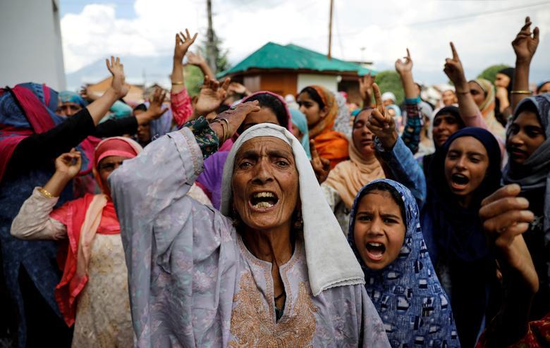 Keşmirli kadınlar, Srinagar'da Hindistan hükümeti tarafından Keşmir'in özel anayasal statüsünün hurdaya çıkarılmasının ardından protesto sırasında slogan atıyorlar.  REUTERS / Danimarkalı Siddiqui